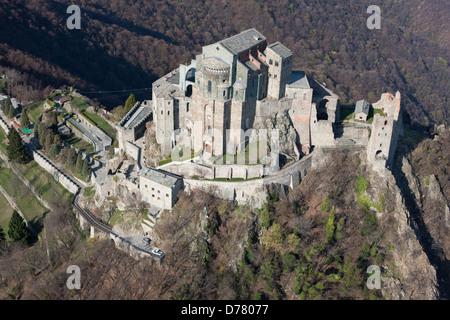 SACRA DI SAN MICHELE (vista aerea). Abbazia su di un promontorio roccioso, alta sopra la Valle di Susa, in Piemonte Foto Stock