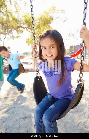 Un ragazzo e una ragazza la riproduzione per rotazione in posizione di parcheggio