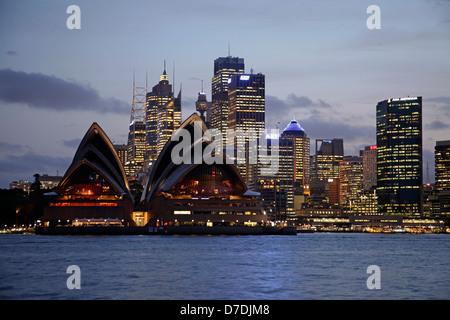 Opera illuminata e lo skyline di Sydney durante la notte, Nuovo Galles del Sud, Australia Foto Stock