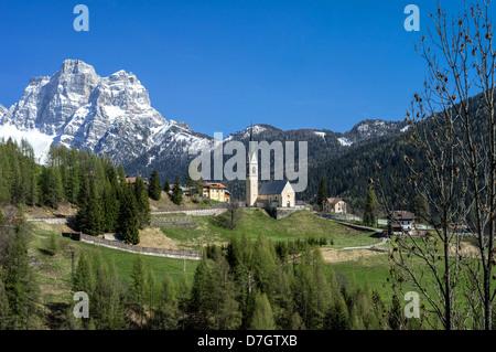 Italia Dolomiti Veneto Selva di Cadore il paese sullo sfondo il Monte Pelmo Foto Stock