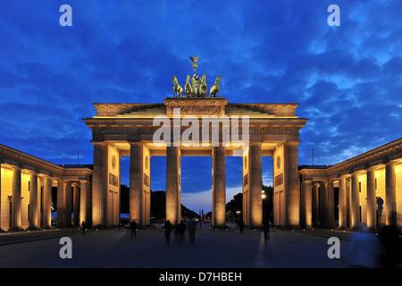 La Porta di Brandeburgo a Berlino di notte Foto Stock