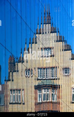 La riflessione del vecchio edificio moderno rivestimento in vetro per ufficio nuovo blocco West End di Londra Inghilterra Foto Stock