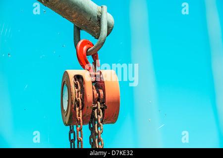 Forte paranco utilizzato nel cielo con spider web e mosche morte Foto Stock