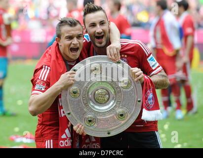 Il Bayern Monaco di Baviera Xherdan Shaqiri (L) e Diego Contento celebrare con la protezione di campionato dopo Foto Stock