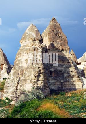 Cappadocia paesaggio con rocce di origine vulcanica e abitazioni scavate nella roccia. (Villaggio di Goreme) Foto Stock