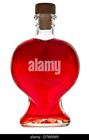 Bottiglia a forma di cuore con liquido rosso isolato su sfondo bianco. Foto Stock