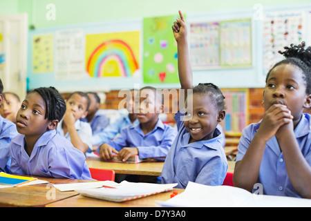 Studente alzando la mano in classe Foto Stock