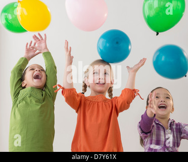 Le ragazze a giocare con palloncini Foto Stock