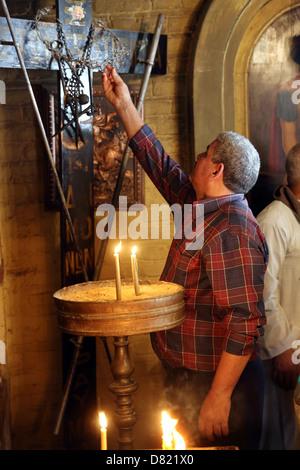 Pellegrino cristiano in copto San Mari Girgis Chiesa, al Cairo in Egitto Foto Stock