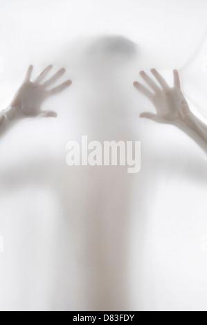 Donna misteriosa silhouette dietro bianco opaco tessuto Foto Stock