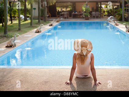 Donna in luxury spa resort vicino alla piscina Foto Stock