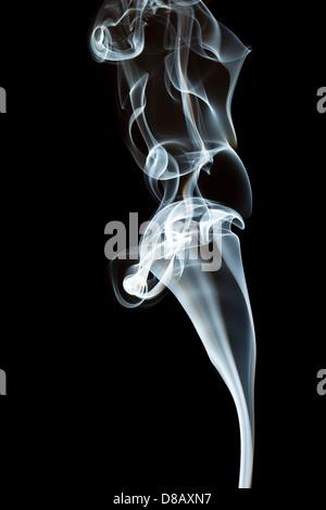 Whispy Fumo bianco su sfondo nero Foto Stock