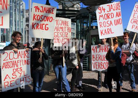 Presso il centocinquantesimo anniversario del partito Social Democratico persone protestano contro le risoluzioni politiche del partito. Germania