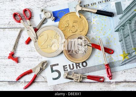 Monete metalliche in euro con strumenti Symbolfoto 8,50 EUR salario minimo Foto Stock