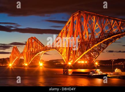 Ponte di Forth Rail illuminata di notte South Queensferry Edinburgh Midlothian Scozia uk gb eu europe Foto Stock