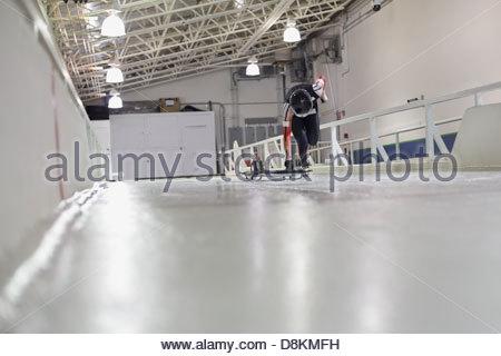 Scheletro femminile atleta praticante sulla via Foto Stock