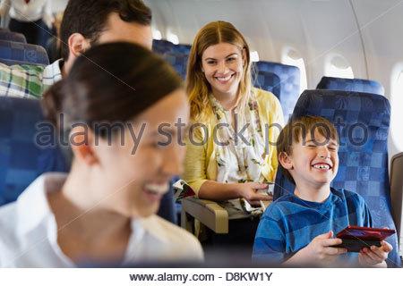 Allegro per i passeggeri che viaggiano in aereo Foto Stock