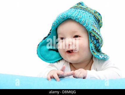 Happy Baby in berretto lavorato a maglia su stomaco Foto Stock