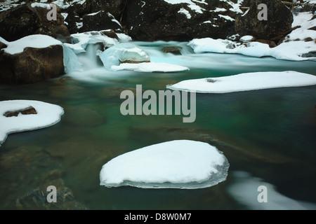 Rauma fiume in inverno, Romsdalen valley, Rauma kommune, Møre og Romsdal fylke, Norvegia. Foto Stock