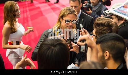Berlino, Germania. Il 4 giugno 2013. Noi l'attrice Angelina Jolie (L) e il marito di noi attore Brad Pitt arriva alla premiere del suo nuovo film 'Guerra Mondiale Z' a Berlino, Germania, il 4 giugno 2013. Il film inizierà nel cinema in tutto il paese il 27 giugno 2013. Foto: Hannibal Hanschke/dpa/Alamy Live News