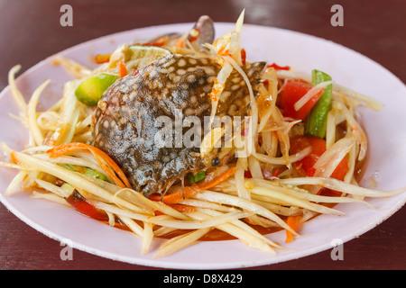 La papaia con insalata di granchio di cavallo è il cibo per mangiare del popolo tailandese Foto Stock