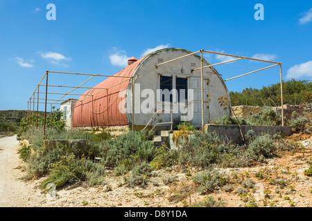 Abbandonato rosso di ferro ondulato hut Foto Stock