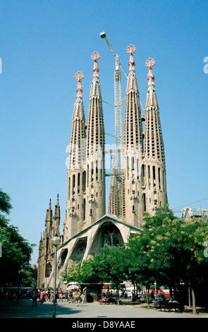 Le svettanti torri della Sagrada Familia ancora in costruzione a Barcellona Spagna progettato dall architetto Gaudi Foto Stock