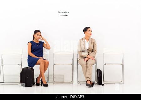 Due belle i candidati di sesso femminile in attesa per il colloquio di lavoro Foto Stock