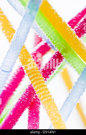 Studio shot di coloratissimi bere cannucce in acqua Foto Stock