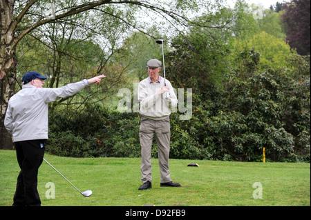 Il calciatore vincitore della Coppa del mondo di Inghilterra 1966 Jack Charlton ottiene una punta di golf da Nobby Stiles al Golf Club di Brocton Hall