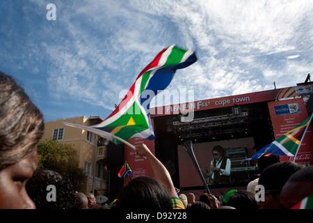Appassionato di calcio onde South African bandiera durante il concerto dal vivo come parte estrazione finale per Foto Stock
