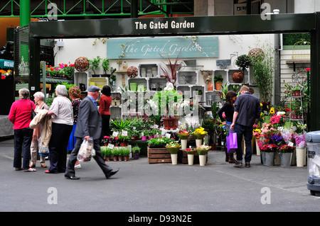 Una vista generale di un negozio di fiori nel mercato di Borough, London, Regno Unito Foto Stock