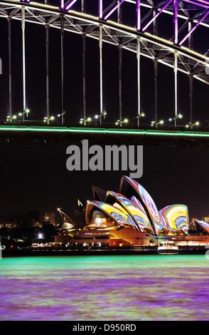 Il Ponte del Porto di Sydney e il Sydney Opera House di notte durante l'annuale Sydney Festival di illuminazione Foto Stock