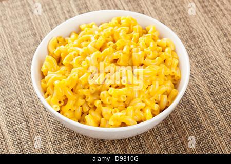Maccheroni fatti in casa e formaggio in una ciotola Foto Stock
