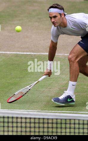 Halle/ Westfalia, Germania. 16 Giugno, 2013. Swiss giocatore di tennis Roger Federer gioca la palla durante la finale contro Youzhny dalla Russia al Torneo ATP di Halle/ Westfalia, Germania, 16 giugno 2013. Foto: OLIVER KRATO/dpa/Alamy Live News
