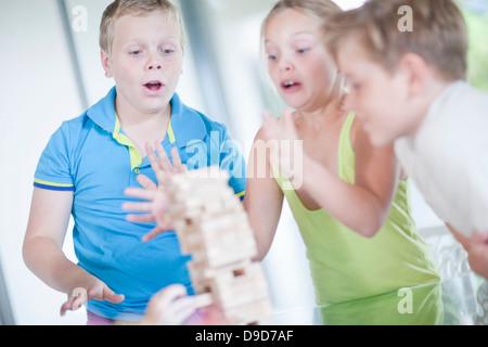 Bambini che giocano con i blocchi di legno Foto Stock