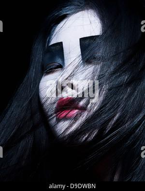 Giovane donna con drammatica Specchio, nero ombretto Foto Stock