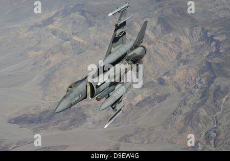 Un U.S. Air Force F-16 Fighting Falcon vola sopra il Nevada. Foto Stock
