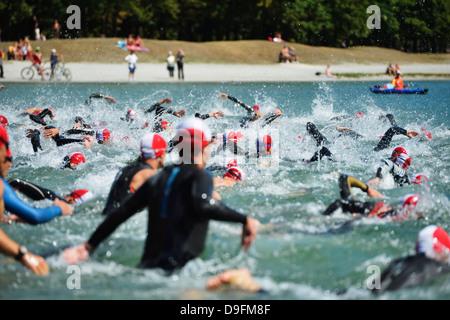 Nuotatori, Passy Triathlon, Passy, Haute-Savoie, sulle Alpi francesi, Francia Foto Stock