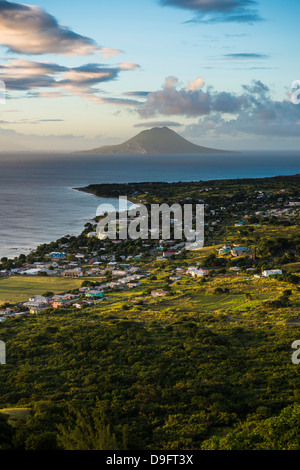 Vista di St. Eustatius da Brimstone Hill Fortress, Saint Kitts, Saint Kitts e Nevis, Isole Sottovento, West Indies, dei Caraibi Foto Stock