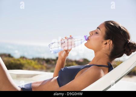 Bella donna di acqua potabile sulla spiaggia Foto Stock