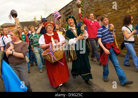I leader e i partecipanti del corteo per il vecchio personalizzato annuale della bottiglia a calci, Hallaton, Leicestershire, Foto Stock