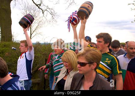 I partecipanti del corteo per il vecchio personalizzato annuale della bottiglia a calci, Hallaton, Leicestershire, Foto Stock