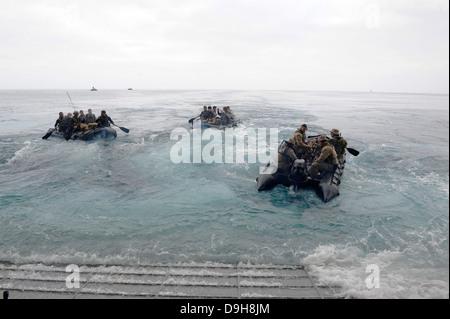 Marines americani dal XIII Marine Expeditionary Unit lancio Gomma di combattimento razzia Craft dall'assalto anfibio nave USS Boxer Giugno 15, 2013 off San Diego, CA.