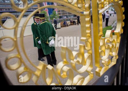 Gatekeeper ufficiale visto attraverso la corona design presso l'ingresso durante l annuale Royal Ascot festival Foto Stock