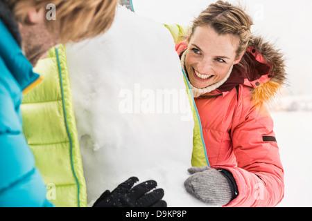 Giovane giocare nella neve Foto Stock
