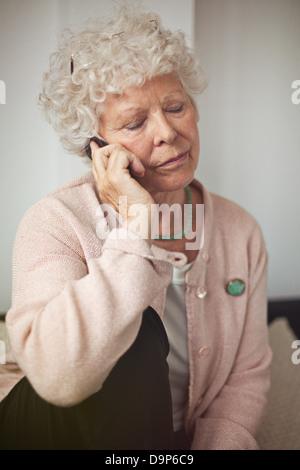 Nonna utilizzando un telefono cellulare per comunicare