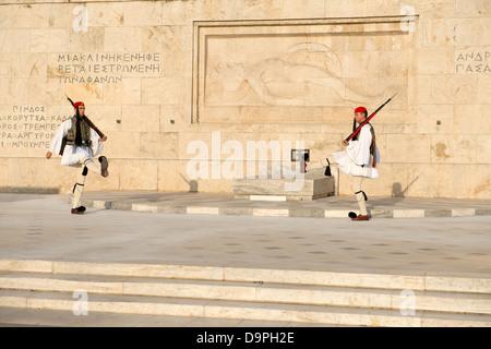 Cerimonia di modifica Evzones (guardie presidenziali) vestita in greco tradizionale vicino uniforme Grecia edificio Foto Stock