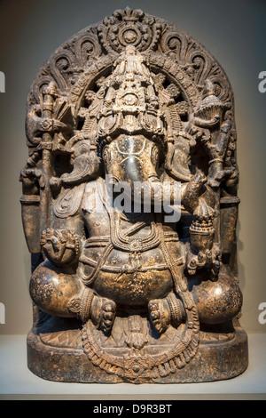 Ganesha il dio elefante in mostra in una galleria di Smithsonian sul Mall di Washington risale al XIII secolo in India del Sud.