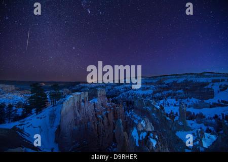 Una stella cadente nel cielo notturno oltre l'Anfiteatro, il Bryce Canyon dello Utah, Stati Uniti d'America Foto Stock